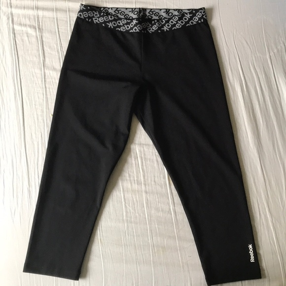 20c20626 Reebok black workout cropped capris